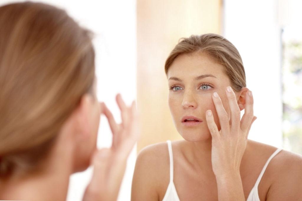 Žena si masíruje obličej